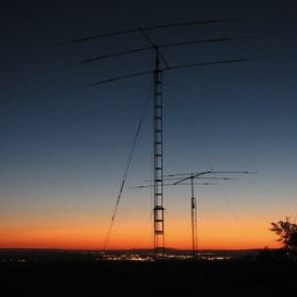 a picture of a ham radio antenna at dusk